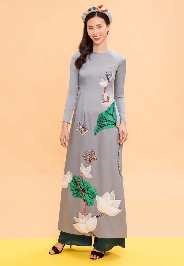 Các họa tiết trên trang phục và phụ kiện được thêu đính bằng tay rất công phu, tinh tế.
