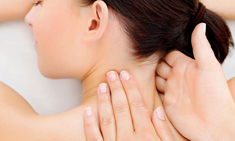 4 động tác massage thư giãn cho vùng cổ, vai và gáy