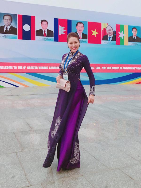 Nữ diễn viên chia sẻ, gần đây cô không còn thích ăn mặc sexy mà chuộng phong cách thanh lịch, đúng chuẩn doanh nhân.