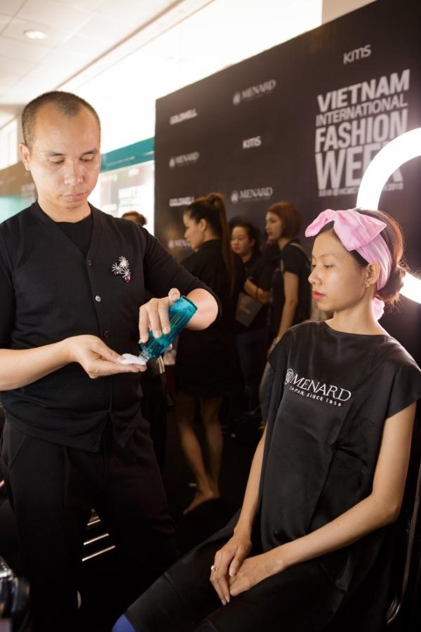 Chuyên gia trang điểm Phước Lợi sử dụng sản phẩm Khoáng dưỡng Beauness S để đắp mặt nạ cho người mẫu trước khi trang điểm, bí quyết này giúp làn da được cấp ẩm sâu và tinh chất khoáng giúp khỏe da và căng mượt tức thì.