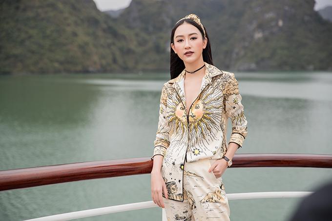 hà Thu cá tính cùng mẫu suit in hoạ tiết độc đáo, thể hiện rõ thông điệp của bộ sưu tập Mặt trời phương đông của Lê Thanh Hoà dành cho mùa này.