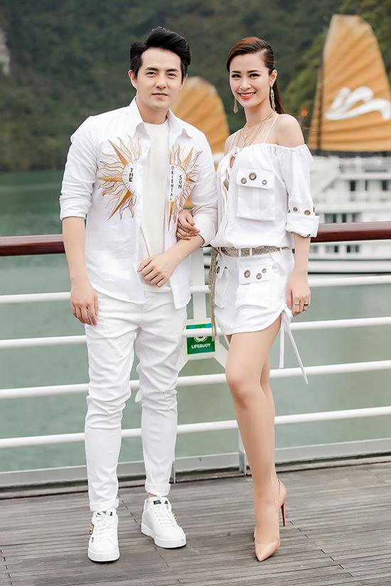 Đông Nhi và Ông Cao Thắng ăn mặc đồng điệu khi đến tham dự show diễn thời trang được tổ chức ở bối cảnh vô cùng lãng mạn.