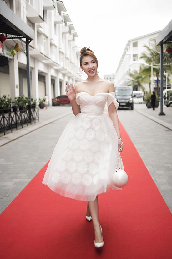 Quỳnh Thư chọn váy cổ điển với điểm nhấn ấn tượng ở phần cúp ngực để khoe vẻ đẹp sexy trên thảm đỏ của chương trình.