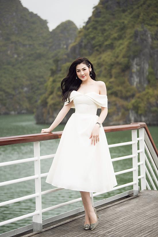 Tú Anh khoe nét gợi cảm với mốt váy trễ vai, đây là thiết kế mới nhất của Lê Thanh Hoà cho mùa xuân hè 2018.