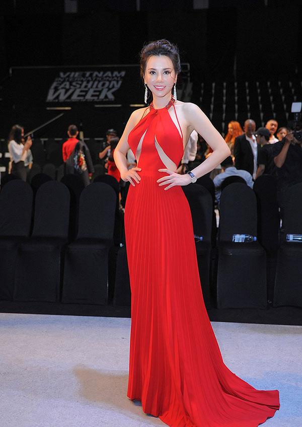 Người đẹp diện chiếc váy dạ hội màu đỏ với phần ngực được cắt cúp tao bạo khoe vẻ quyến rũ, rạng ngời.