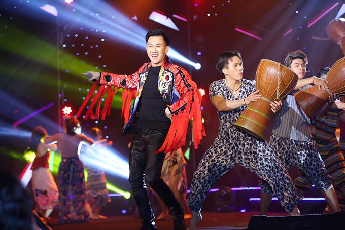 Dương Triệu Vũ cũng hát và nhảy, khuấy động không khí.