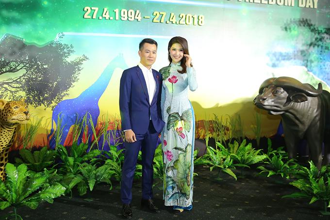 Ca sĩ Hồ Trung Dũng dẫn chương trình cùng siêu mẫu Thu Hằng.