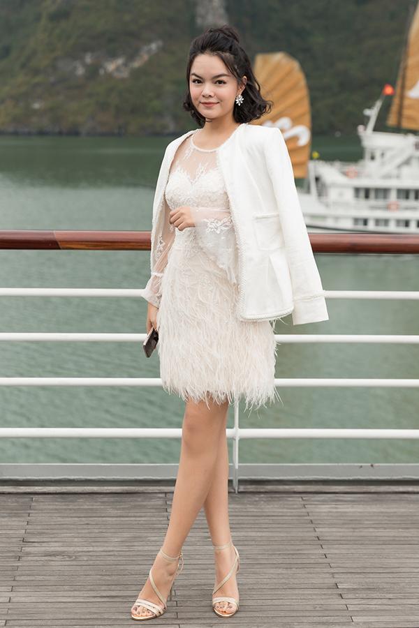 Tham dự show diễn thời trang trên du thuyền được tổ chức vào một buổi chiều lãng mạn, Phạm Quỳnh Anh khéo chọn cho mình mẫu váy ren đính lông vũ mềm mại của Lê Thanh Hoà để sử dụng.