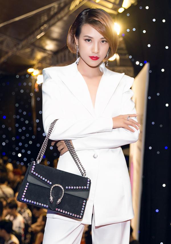 Hưởng ứng trào lưu lăng - xê tông trắng cùng sao Việt, diễn viên Hoàng Oanh xây dựng phong cách thanh lịch và hiện đại cùng mốt diện suit. Phối cùng bộ cánh của nhà thiết kế Nguyễn Tiến Tuyển là túi Gucci tông màu tương phản.