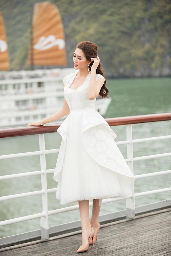 Tuần qua, những mẫu váy mang hơi hướng cổ điển được xây dựng trên tông trắng thanh nhã của Lê Thanh Hoà đã giúp nhiều người đẹp ghi điểm về phong cách tiệc tùng. Một trong số đó là người đẹp Tường Linh với thiết kế váy peplum biến tấu mới lạ.