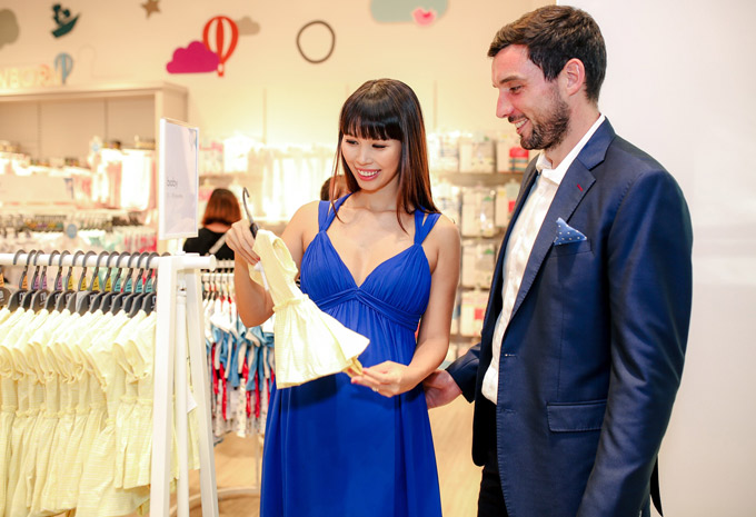 Cặp đôi hào hứng mua sắm, ngắm nghía những bộ đồ dành cho trẻ sơ sinh. Hà Anh đang hồi hộp chờ ngày được lên chức mẹ.