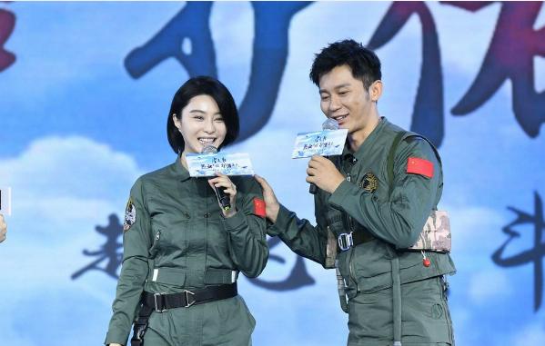Phạm Băng Băng rạng rỡ bên bạn trai trong buổi họp báo ra mắt phim Sky hunter.