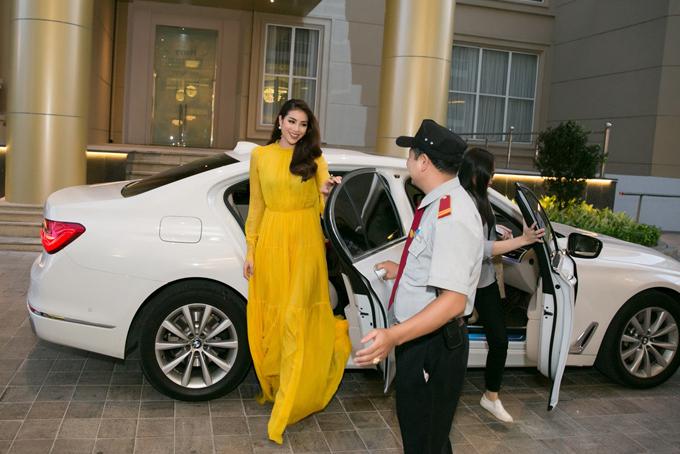 Phạm Hương đi xe sang dự một sự kiện tối 22/4 ở TP HCM.