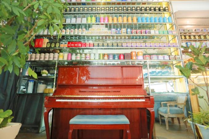 Nhà hàng còn gây ấn tượng bởi hàng trăm loại trà danh tiếng nhập khẩu từ khắp nơi trên thế giới.