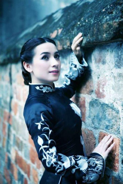 Cùng với khuôn mặt có nhiều đường nét đẹp sắc sảo và dáng vóc gọn gàng, Phi Nhung trẻ trung và tự tin bộc lộ tài ca hát thiên phú.