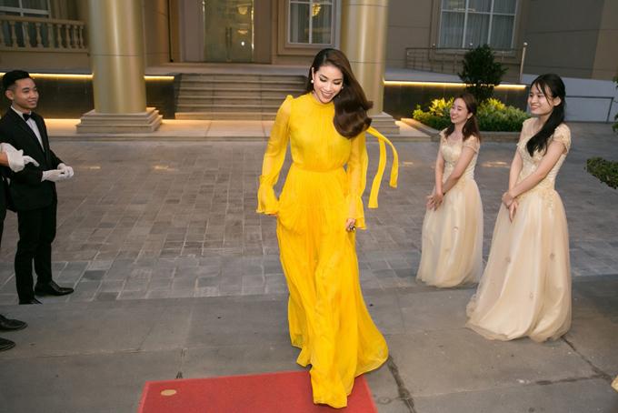 Diện bộ váy vàng của nhà thiết kế Lê Thanh Hòa, Phạm Hương xuất hiện nổi bật.