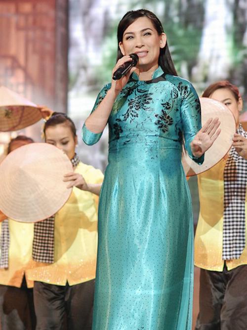 Những bộ áo dài làm lộ khuyết điểm vòng bụng to và vòng eo bánh mì, ngấn mỡ thừa tích tụ, kém thon gọn của nữ ca sĩ.