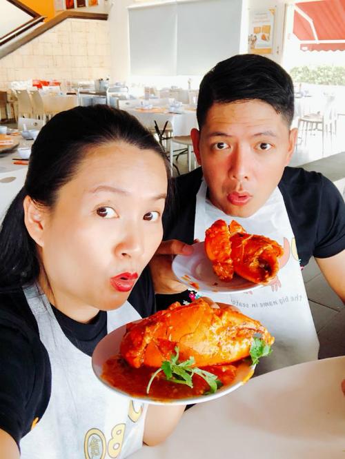 Trong thời gian quá cảnh ở Singapore, hai vợ chồng tranh thủ đi ăn cua sốt ớt.