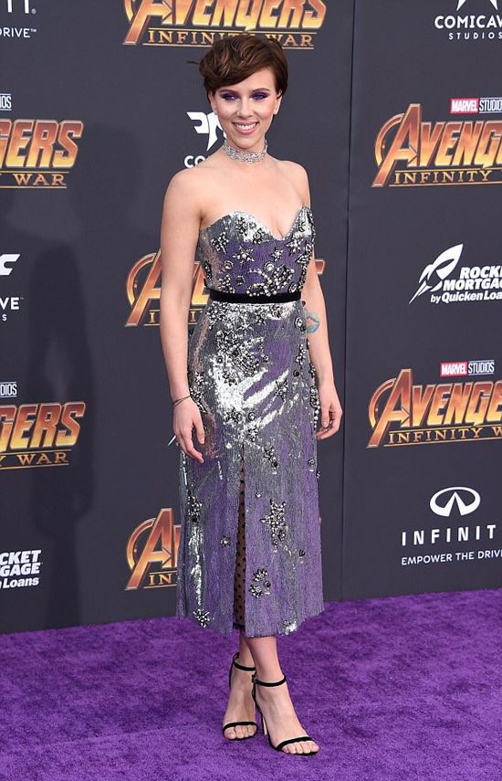Scarlett Johansson khoe dáng trong buổi công chiếu phần mới nhất của bom tấn Avengers: Infinity War ở Los Angeles tối thứ 2.