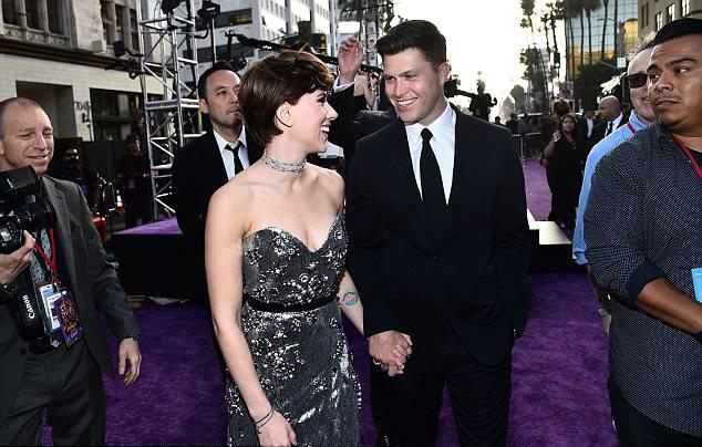 Cô đào Hollywood công khai hẹn hò nam diễn viên hài Colin Jost từ cuối năm ngoái, sau nửa năm ly hôn nhà báo Pháp.