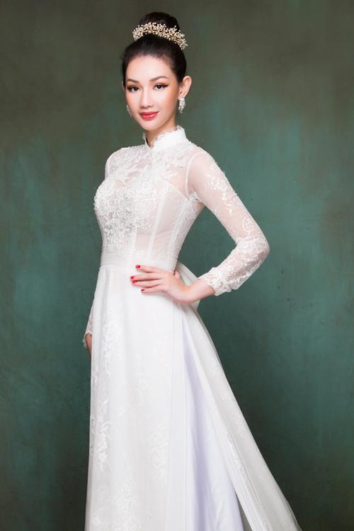 Cô dâu có thể chọn áo không cổ hoặc cổ cao 3 phân viền ren và phần cánh tay bằng vải xuyên thấu, gợi sự liên tưởng đến vẻ đẹp mong manh của bông hoa buổi sớm.