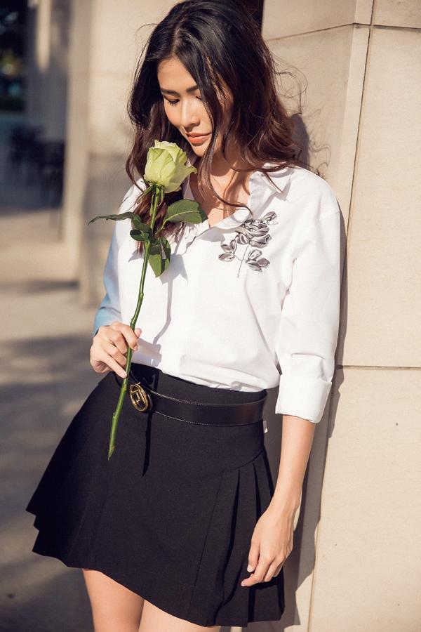 Sau cơn sốt áo thêu ruy băng hoa hồng đỏ, thương hiệu Việt tiếp tục trình làng mẫu hoa ánh xám bạc cũng thu hút không kém.