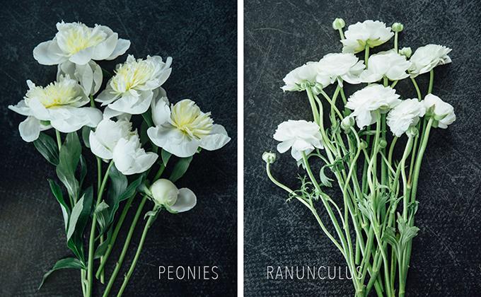 Tiếp đến, bạn chuẩn bị hoa và lá. Ở đây, bạn có thể chọn hoa mẫu đơn (trái) và hoa mao lương (phải). Bạn cắt bỏ bớt những phần lá ở gần gốcvà giữ lại một ít lá ở dưới cánh hoa.