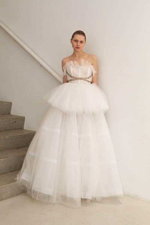 Váy bồng nhiều tầng:Váy cưới với phần thân xoè rộng, bồng bềnh đã trở nên quen thuộc, nhất là với các kiểu váy cưới cổ điển. Nhưng giờ đây, các nhà thiết kế đã biến mẫu váy này trở nên mới lạ hơn với nhiều tầng lớp và những đường cắt xẻ lạ mắt. Mẫu váy bồng hiện đại sử dụng vải tulle nhiều lớp sẽ là lựa chọn hoàn hảo cho những cô dâu có yêu cầu cao về thời trang và ưa thích sự phá cách.