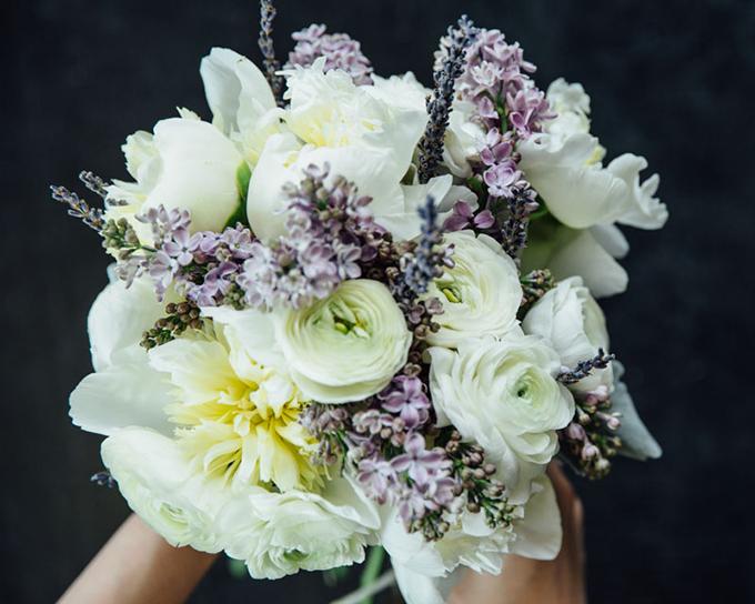 Sắp xếp những bông hoa mà bạn muốn chúng nằm ở phần trung tâm. Ví dụ, bạn có thể chọn một cành mẫu đơn, tử đinh hương khô và hoa mao lương. Chọn từ hai đến ba cành hoa trung tâm rồi buộc chặt chúng lại bằng dây mảnh. Tiếp tục thêm các loài hoa khác và dùng dây thép buộc chặt, tạo thành bó tròn.