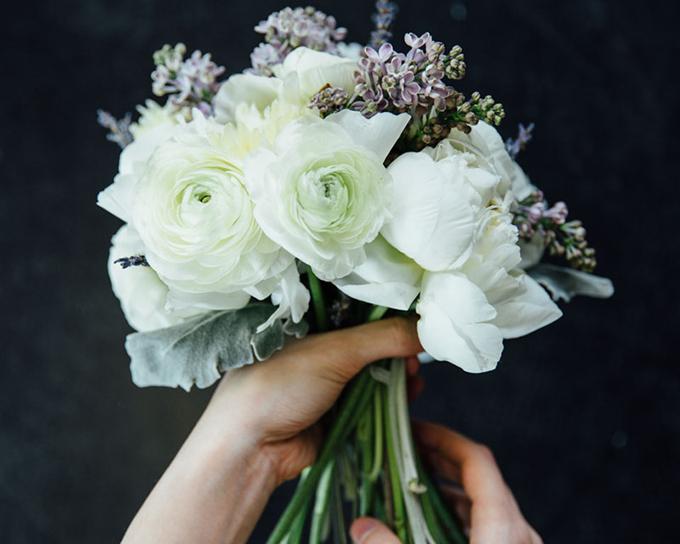 Bạn cần sắp xếp những bông hoa có độ cao khác nhau để chúng trông tự nhiên hơn,thêm một ít lá để hoàn thiện bó hoa cưới.