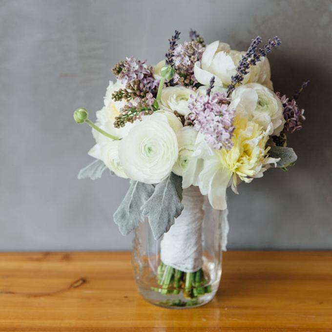 Dùng rải ruy băng ren trắng bọc ra phía bên ngoài, cố định bằng ghim nhỏ. Sau đó, bạnđặt bó hoa trong nước để giữ hoa tươi.