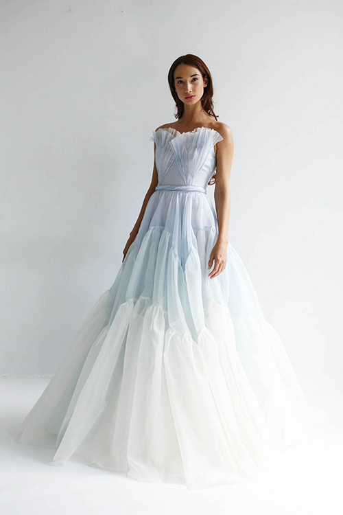 Váy cưới màu xanh:Nhiều thiết kế váy cưới cho năm 2019 được lấy cảm hứng từ đầm dạ hội công chúa. Các nhà thiết kế đã khéo léo lựa chọn sắc xanh mềm mại hoặc xanh ombre để tạo nên mẫu váy đặc sắc.
