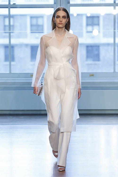 Áo khoác:Tiếp tục một sự phá cách khác, các nhà thiết kế đã đem đến mẫu áo khoác cưới để tạo vẻ ngoài cá tính cho cô dâu. Bạn có thể lựa chọn mẫu áo trong suốt hoặc mẫu áo ren để khoác bên ngoài chiếc váy của mình.