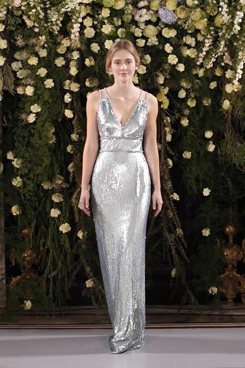 Váy cưới lấp lánh ánh kim: Váy cưới ánh kim đính thêm sequins lấp lánh sẽ giúp cô dâu toả sángđúng nghĩa đen. Cô dâu có thểlựa chọn các mẫu váy từ màu vàng champagne, màu bạc đến vàng hồng. Các mẫu váy dạng này được thiết kế theo dáng dài hoặc có cắt xẻ đem lại hiệu quả thẩm mỹ.