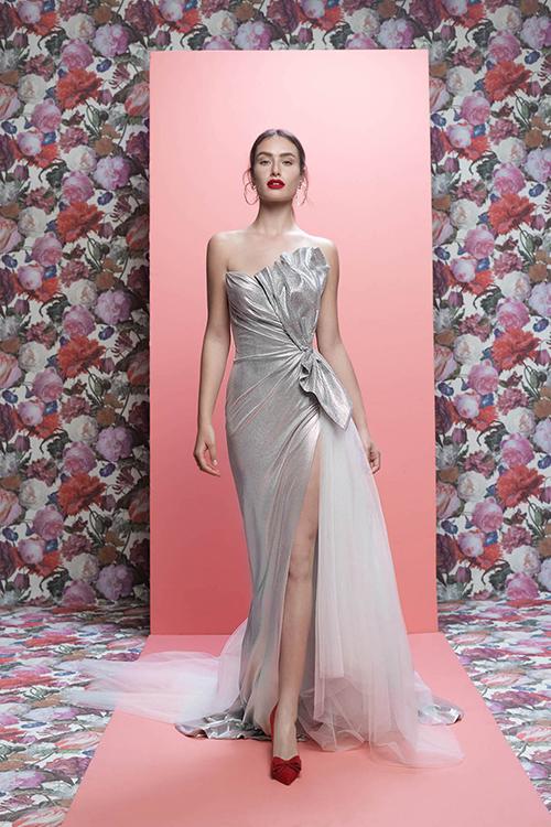 Váy cưới của Galia Lahav tôn lên vẻ gợi cảm, nét quyến rũ của nàng dâu.
