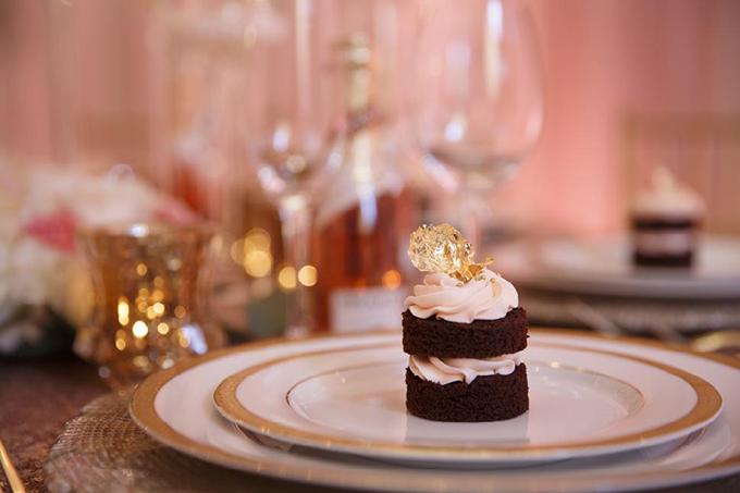 Vàng lá và phần kem có sắc hồng tô điểm thêm vẻ ngọt ngào cho chiếc bánh bông lan tặng khách.