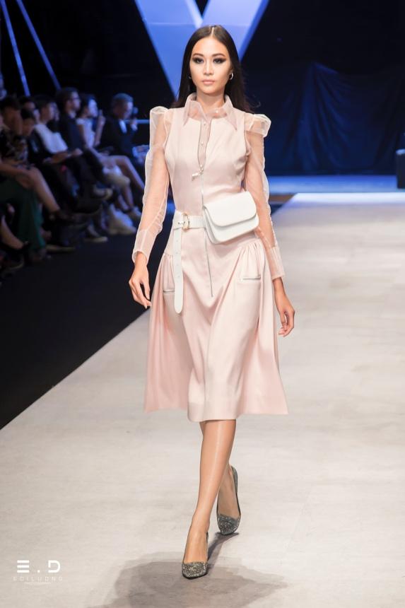 Một trong những hình ảnh ấn tượng từ show thời trang Nguyễn Tiến Truyển, với trang phục giày, túi được tài trợ từ Vascara.