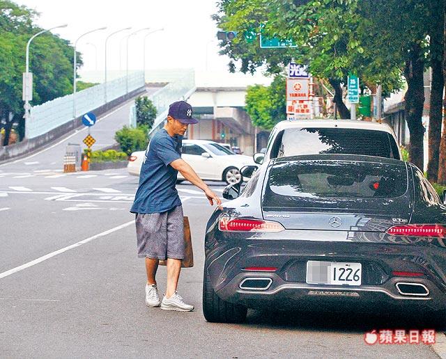 Tờ Apple Daily mô tả, Hoắc Kiến Hoa chưa quen với việc mở cửa xe mới.