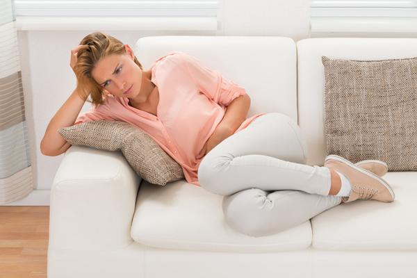 Rối loạn chu kỳ kinh nguyệtChu kỳ kinh nguyệt không đều là dấu hiệu của thời kỳ mãn kinh sớm. Đây được coi là dấu hiệu bình thường nếu bạn nằm trong độ tuổi 46 - 54. Nếu xảy ra trước tuổi 40, đây có thể là dấu hiệu lão hóa sớm của các cơ quan nội tạng.Các triệu chứng của thời kỳ mãn kinh sớm bao gồm mất ngủ, sốt, ớn lạnh, co giật và thay đổi tâm trạng liên tục. Bạn nên đến gặp bác sĩ phụ khoa để có chẩn đoán và hướng điều trị đúng.