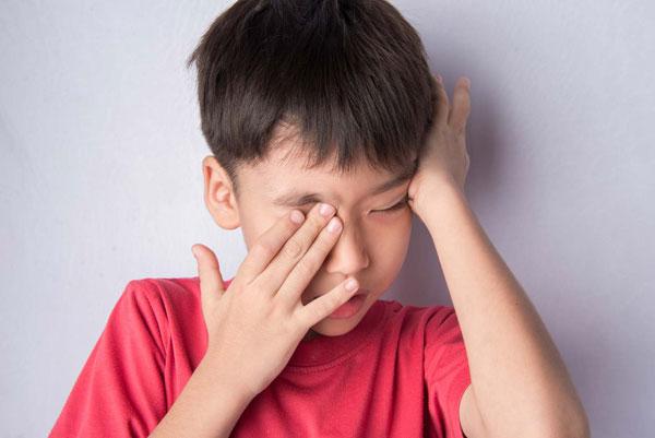 Đừng coi thường khi trẻ bị ngứa, đỏ mắt vì có thể trẻ đang bị dị ứng. Ảnh: Molekule.