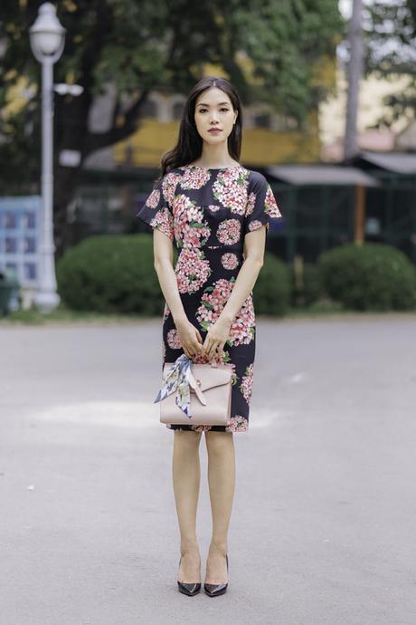 Những mẫu váy tiện lợi khi đến văn phòng, thanh nhã khi tham gia các buổi hội họp hay trẻ trung khi xuống phố còn được thể hiện trên tông đen đi kèm họa tiết hoa.