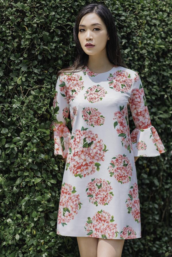 Giữa trào lưu sử dụng vải in hoa để tạo nên các mẫu váy áo mùa hè, Adrian Anh Tuấn tạo được điểm nhấn riêng nhờ cách xây dựng hoa văn độc quyền.