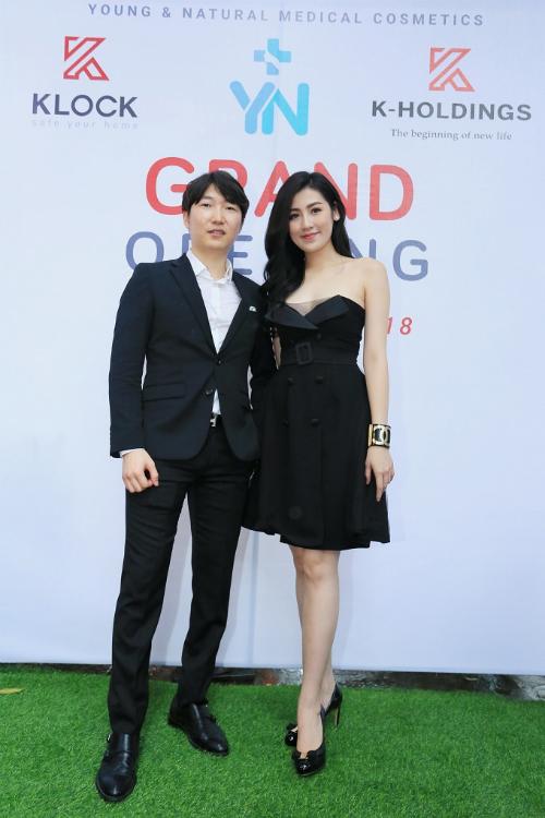Á hậu Việt Nam tạo dáng bên ông Kim Suk - nhà sáng lập thương hiệu mỹ phẩmY&N Medical Cosmetics.