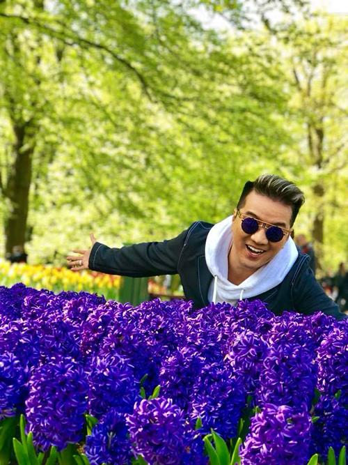 Mr Đàm ngây ngất giữa vườn hoa đủ sắc màu ở Hà Lan.