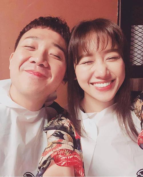 Hari và Trấn Thành chụp ảnh selfie, cười híp mắt không thấy Tổ quốc.