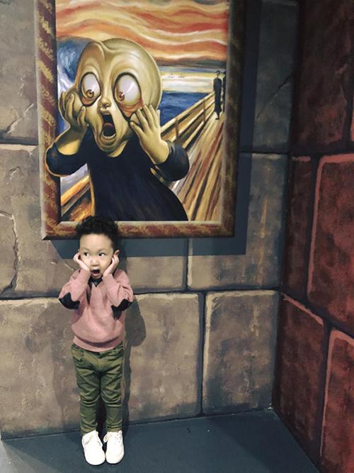 Su Hào nhà Tuấn Hưng diễn cực sâu khi được bố mẹ đưa đi chơi căn phòng 3D ở Australia.