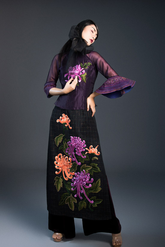 Là người đam mê với vải thổ cẩm của các dân tộc thiểu số của vùng núi phía Bắc, trong bộ sưu tập áo dài mới, NTK Vũ Việt Hà tiếp tục đưa chất liệu của người HMong ở Bắc Hà (Lào Cai) vào từng trang phục.