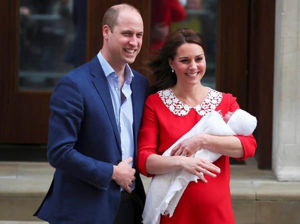 Vợ chồng Hoàng tử William cùng con trai xuất hiện trước công chúng chiều 23/4. Ảnh: Reuters