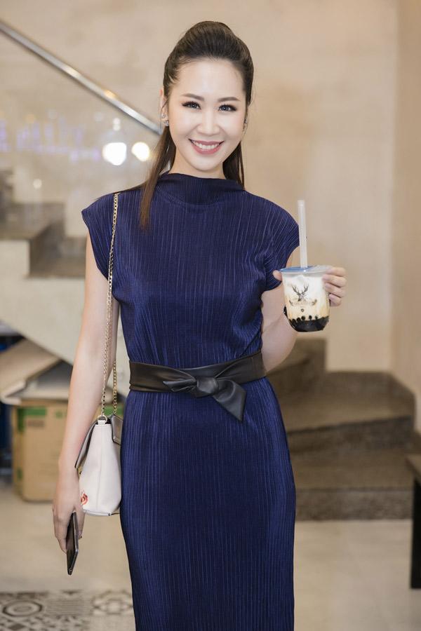 Hoa hậu Dương Thùy Linh mặc kín đáo, thanh lịch đi sự kiện.