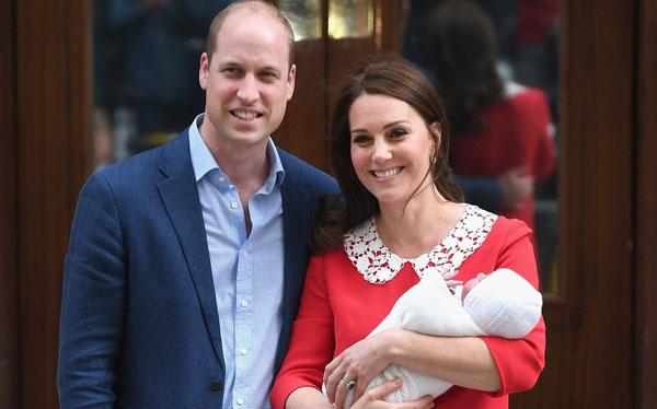 Vợ chồng William - Kate cùng con trai trước báo giới hôm 23/4. Ảnh: WireImage.